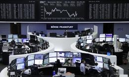 Las bolsas europeas cerraron en positivo el martes con un rebote de los valores ligados a las materias primas tras la subida del precio del petróleo, con la esperanza de un acuerdo que haga frente al previsible exceso de oferta y con los metales ganando terreno por la compras especulativas. En la imagen, operadores bursátiles delante de una pantalla con el índice alemán DAX, en la Bolsa de Fráncfort, Alemania, 25 enero de 2016. REUTERS/Staff/Remote