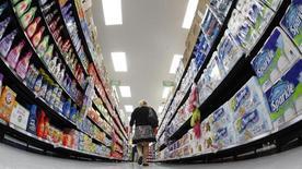 Una compradora camina por el pasillo de un supermercado Walmart en Chicago. 21 de septiembre de 2011. La confianza del consumidor estadounidense mejoró en enero pese a un desplome de los mercados bursátiles, mientras que los precios de las viviendas subieron en noviembre, lo que sugiere una fortaleza subyacente en la economía pese a una marcada desaceleración en meses recientes. REUTERS/Jim Young/Files