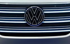 El logo de Volkswagen en un vehículo de la firma en exhibición en la feria de consumo electrónico de Las Vegas, ene 5, 2016. Los reguladores de la Unión Europea propondrán el miércoles una revisión de las normas de autorización de nuevos modelos de vehículos para evitar que se repita el escándalo de emisiones de Volkswagen, iniciando un polémico debate mientras los gobiernos y la industria se resisten a los cambios.   REUTERS/Steve Marcus