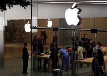 Apple Store à Shenzhen, dans le sud de la Chine. Apple a vendu moins d'iPhone que prévu au dernier trimestre, la firme à la pomme commençant à ressentir les effets du tassement économique du très important marché chinois. Le groupe a écoulé 74,8 millions d'iPhone sur les trois mois clos au 26 décembre, premier trimestre complet de vente des iPhone 6S et 6S Plus. La croissance de 0,4% des livraisons est la plus faible depuis le lancement du smartphone en 2007. /Photo prise le 26 janvier 2016/REUTERS/Bobby Yip