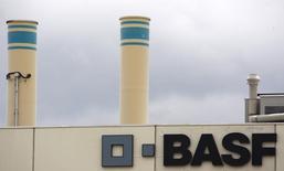 Завод BASF под Базелем 7 июля 2009 года. Немецкий химический концерн BASF прогнозирует прибыль в 2015 году ниже ожиданий аналитиков в связи с обесцениванием активов нефтегазового подразделения из-за резкого падения цен на нефть.  REUTERS/Christian Hartmann