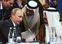 Президент России Владимир Путин (слева) и король Саудовской Аравии Салман ибн Абдул-Азиз Аль Сауд на саммите G20 в Брисбене 15 ноября 2014 года. Россия и Саудовская Аравия показывают признаки готовности к обсуждению совместных действий по сокращению избытка нефти на мировом рынке, сообщил министр нефтяной промышленности Ирака Адель Абдель Махди. REUTERS/Rob Griffith/Pool