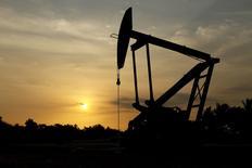 Станок-качалка в Лагунильясе, Венесуэла 18 марта 2015 года. Министр нефтяной промышленности Венесуэлы посетит несколько стран, входящих и не входящих в ОПЕК, и попытается убедить их сообща остановить падение цен на нефть, сказал президент Венесуэлы Николас Мадуро. REUTERS/Isaac Urrutia