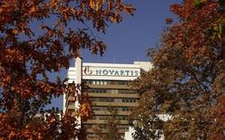Las acciones europeas perdían terreno en la apertura de miércoles, influidas por la caída de la farmacéutica suiza Novartis y la química alemana BASF ante la mala acogida a las últimas novedades sobre sus ganancias. En la imagen, el logo de la farmacéutica suiza Novartis en su sede de Basilea, Suiza, 27 de octubre de 2015. REUTERS/Arnd Wiegmann