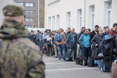 Просители убежища у центра приема беженцев в финском городе Торнио. 25 сентября 2015 года. Финляндия и Россия договорились укреплять сотрудничество на общей границе, через которую всё большее число мигрантов попадает на территорию Европейского союза, сказал финский министр внутренних дел Петтери Орпо в среду. REUTERS/Panu Pohjola/Lehtikuva