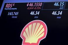Logotipo da Shell em tela na bolsa de valores de Nova York. 30/12/2015. REUTERS/Lucas Jackson