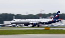 Самолет Airbus A321 компании Аэрофлот совершает посадку в аэропорту Шереметьево. 7 июля 2015 года. Крупнейший российский авиаперевозчик Аэрофлот в разгар кризиса и на очередной волне девальвации рубля объявил в среду о снижении тарифов на полеты за рубеж на 10 процентов. REUTERS/Maxim Shemetov