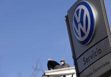 La UE buscaba el miércoles poderes por encima de las regulaciones nacionales sobre vehículos, en un intento por evitar que se repita el escándalo de emisiones de Volkswagen y que inicia un polémico debate mientras los gobiernos y la industria se resisten a los cambios. En la foto, el logo de Volkswagen en un concesionario en Madrid el 16 de diciembre de 2015. REUTERS/Sergio Perez/