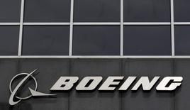 El logo de Boeing visto en su sede en Chicago, 24 de abril de 2013. Boeing Co reportó una caída del 30 por ciento en su utilidad trimestral, perjudicada por un cargo después de impuestos vinculado con un recorte en la producción del avión 747-8. REUTERS/Jim Young