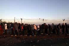 """Сирийские беженцы на границе Греции и Македонии. 8 декабря 2015 года. Греция """"серьёзно пренебрегла"""" своими обязательствами по контролю за границей Шенгенской зоны и может быть подвергнута новым проверкам границ другими участниками блока, если не устранит проблемы в течение трёх месяцев, сообщил высокопоставленный чиновник ЕС. REUTERS/Alexandros Avramidis"""