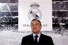 Presidente do Real Madrid, Florentino Pérez, faz declaração à imprensa no estádio Santiago Bernabeu. 04/01/2016 REUTERS/Juan Medina