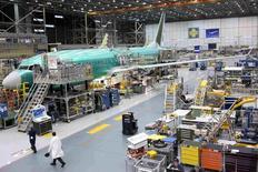 Un Boeing 737 MAX en construction. Boeing a annoncé mercredi un bénéfice trimestriel en recul de 30%, en raison d'une charge après impôt liée à la réduction de la production du B747-8 jumbo. /photo pris ele 8 décembre 2015/REUTERS/Matt Mills McKnight