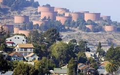 Нефтяные резервуары Chevron в Ричмонде, Калифорния, 6 ноября 2007 года. Запасы нефти в США выросли за неделю, завершившуюся 22 января, на 8,38 миллиона баррелей до 494,92 миллиона баррелей, сообщило Управление энергетической информации (EIA) в среду. REUTERS/Kimberly White