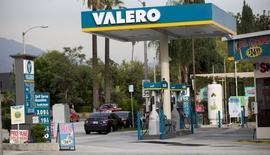 Una gasolinera de Valero operando en Pasadena, EEUU, oct 27, 2015. Las existencias de crudo de Estados Unidos treparon a su mayor nivel histórico la semana pasada, mientras que los inventarios de gasolina se incrementaron y los de destilados cayeron, según un reporte publicado el miércoles por la gubernamental Agencia de Información de Energía (EIA).   REUTERS/Mario Anzuoni