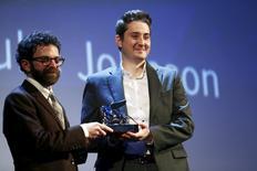 "Diretores Duke Johnson e Charlie Kaufman levam prêmio por ""Anomalisa"" em Veneza.  12/9/2015. REUTERS/Stefano Rellandini"