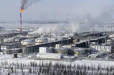 Champ de pétrole de Vankorskoye de la compagnie russe Rosneft, en Sibérie. Des responsables russes ont évoqué l'ouverture de discussions avec l'Arabie saoudite et d'autres pays membres de l'Opep sur une éventuelle réduction de la production afin de soutenir les cours, /Photo prise le 25 mars 2015/REUTERS/Sergei Karpukhin