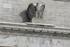 """Una estatua de un águila adornando el frontis de la Reserva Federal en Washington, ene 26, 2016. La Reserva Federal dejó el miércoles estables las tasas de interés y dijo que estaba """"monitorizando de cerca"""" los acontecimientos financieros y económicos mundiales, pero mantuvo su visión positiva sobre la economía de Estados Unidos.  REUTERS/Jonathan Ernst"""