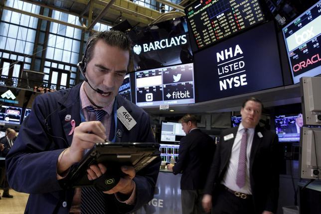 1月27日、米国株式市場は大幅反落。FOMCの声明文から利上げ路線の大幅な修正は読み取れないと失望感が広がった。ニューヨーク証券取引所で撮影(2016年 ロイター/Brendan McDermid)