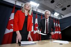 Canada's Environment Minister Catherine McKenna (L) and Natural Resources Minister Jim Carr take part in a news conference in Ottawa, Canada, January 27, 2016. REUTERS/Chris Wattie