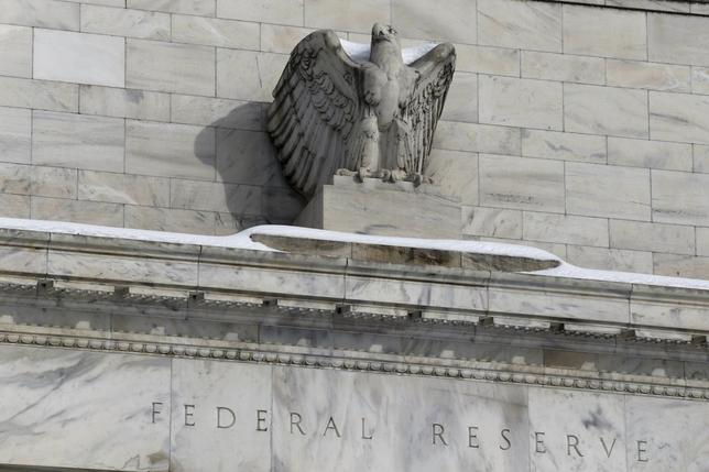 1月27日、今後の利上げペースについて、年内に4回というFRBの示唆する見通しと、市場の織り込むシナリオには依然としてはっきりした違いがある。米ワシントンのFRB本部で26日撮影(2016年 ロイター/Jonathan Ernst)