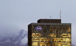 Roche annonce un bénéfice net courant annuel de 11,84 milliards de francs suisses (10,89 milliards d'euros). Les analystes tablaient en moyenne sur un bénéfice net annuel de 12,2 milliards de francs. /Photo d'archives/REUTERS/Arnd Wiegmann