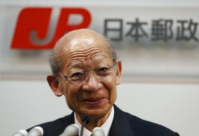 1月28日、日本郵政の西室泰三社長は会見で、ゆうちょ銀行とかんぽ生命保険株式の追加売却について、できるだけ早くやった方がいいとの考えを示した。写真は昨年6月撮影(2016年 ロイター/Thomas Peter)
