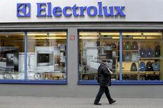 Electrolux annonce une perte nette au titre du quatrième trimestre, marqué par l'échec du rachat des activités d'électroménager de General Electric, qui force le groupe suédois à infléchir sa stratégie. /Photo d'archives/REUTERS/Ints Kalnins