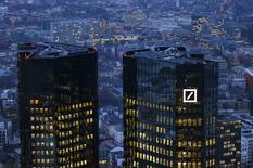 Deutsche Bank anunció una pérdida antes de impuestos de 1.150 millones de euros (1.250 millones de dólares) en su banca de inversión durante el cuarto trimestre por la caída de ingresos en sus actividades de intermediación de bonos y por el lastre que representaron los costes por litigios. En la imagen, la sede de Deutsche Bank en Fráncfort, Alemania, el 26 de enero de 2016. REUTERS/Kai Pfaffenbach