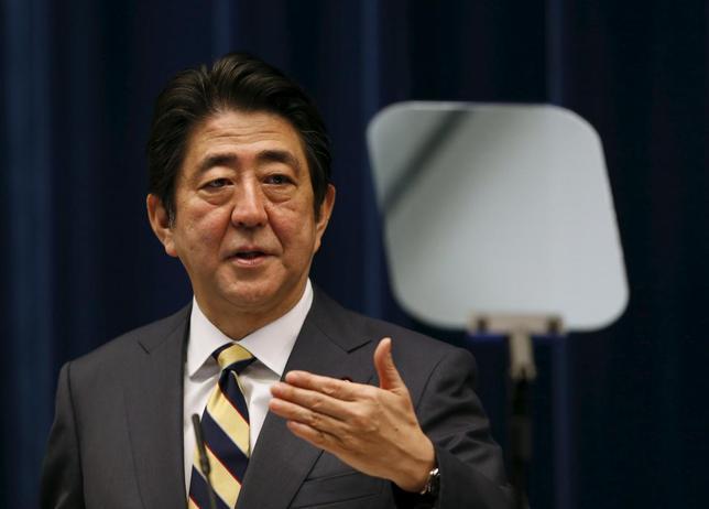 1月28日、安倍晋三首相は、甘利明経済再生担当相の辞任について「残念だ」としたうえで、「任命責任は私にある」と語った。都内で4日撮影(2016年 ロイター/Toru Hanai)