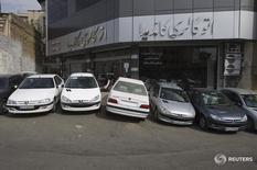 Автомобили Peugeot 206 и Pars в Тегеране 29 января 2011 года. Франция и Иран объявили о ряде деловых соглашений и экспортных договоров в четверг, включая продажу десятков самолетов Airbus и переоснащение автомобильного завода в рамках восстановления многолетних отношений между Тегераном и автопроизводителем Peugeot. REUTERS/Morteza Nikoubazl