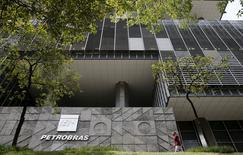 La sede de la estatal brasileña Petrobras, en Río de Janeiro, Brasil, 28 de enero de 2016. La petrolera brasileña Petrobras recortará personal para adaptarse al colapso de los precios del crudo y mejorará los controles para reducir la influencia política que llevó a la compañía a quedar envuelta en un gigantesco escándalo de corrupción, dijo el jueves si presidente ejecutivo. REUTERS/Sergio Moraes
