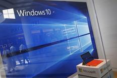 Microsoft a annoncé jeudi des résultats trimestriels supérieurs aux attentes des analystes financiers, portés par les effets de drastiques mesures de réduction des coûts et par une demande soutenue pour les produits et les services d'informatique dématérialisée du géant technologique. Le bénéfice net est de 5,00 milliards de dollars, soit 0,62 dollar par action, sur les trois mois à fin décembre. /Photo d'archives/REUTERS/Shannon Stapleton