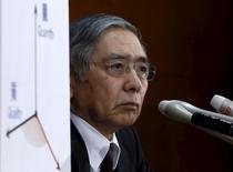 El Banco de Japón sorprendió el viernes a los mercados financieros al adoptar tipos de interés negativas para reducir los riesgos de que la volatilidad en los mercados globales pueda dañar la confianza empresarial y revivir una mentalidad deflacionaria. En la imagen, el gobernador del Banco de Japón, Haruhiko Kuroda, en rueda de prensa en la sede del banco en Tokio el 29 de enero de 2016. REUTERS/Yuya Shino
