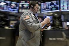 Traders work on the floor of the New York Stock Exchange January 28, 2016. REUTERS/Brendan McDermid