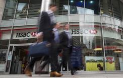 HSBC annonce vendredi que ses sites internet de banque de détail au Royaume-Uni ont été momentanément fermés à la suite d'une tentative d'intrusion informatique, sa deuxième interruption de service d'ampleur ce mois-ci. /Photo prise le 9 juin 2015/REUTERS/Neil Hall