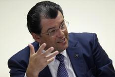 El ministro de Energía brasileño, Eduardo Braga, durante una entrevista con Reuters, en Brasilia. 21 de diciembre de 2015. Brasil planea extender los derechos de exploración de petróleo en zonas adjudicadas entre 1998 y 2008 para fomentar la inversión, a pesar de la reciente caída de los precios del crudo, dijo el ministro de Energía, Eduardo Braga, al diario Valor Econômico en una entrevista publicada el viernes. REUTERS/Ueslei Marcelino