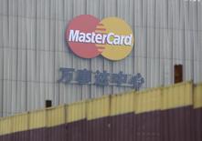 El logo de Mastercard en el centro Mastercard de Pekín, oct 30, 2014. El operador estadounidense de tarjetas de crédito y débito MasterCard Inc reportó el viernes un ascenso de 11,1 por ciento en sus utilidades trimestrales por un aumento de los volúmenes de compras.  REUTERS/Jason Lee
