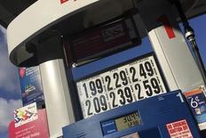 Los precios de los combustibles en una gasolinera en Queens, EEUU, ene 16, 2016. Los precios del petróleo promediarán un poco más de 40 dólares este año, según un sondeo de Reuters que arrojó el mayor recorte de las previsiones mensuales en un año debido a la entrada de más barriles iraníes a un ya saturado mercado mundial.   REUTERS/Shannon Stapleton