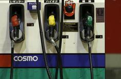 Surtidores de combustible en una gasolinera de Cosmo Energy en Tokio, dic 16, 2015. La producción de petróleo de la OPEP saltó en enero a un nuevo máximo histórico, debido a que Irán incrementó sus ventas tras el fin de sus sanciones y las rivales Arabia Saudita e Irán también elevaron los suministros, mostró el viernes un sondeo de Reuters.  REUTERS/Yuya Shino
