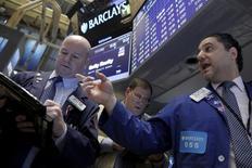 Operadores trabajando en la bolsa de Wall Street en Nueva York, ene 29, 2016. Las acciones de Estados Unidos subían el viernes después de que datos débiles del PIB alimentaron expectativas de que la Reserva Federal avance con lentitud a la hora de aplicar nuevas alzas de las tasas de interés.  REUTERS/Brendan McDermid
