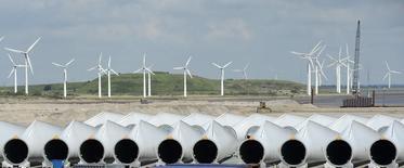 Le groupe industriel allemand Siemens envisage de racheter le fabricant d'éoliennes espagnol Gamesa, ce qui déboucherait sur la création du leader mondial de ce secteur, /Photo d'archives/REUTERS/Fabian Bimmer