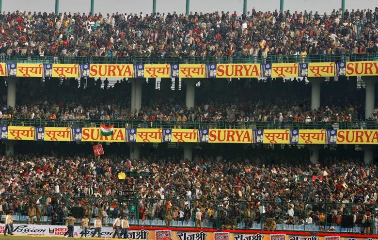 Spectators wait in the stands in New Delhi December 27, 2009.  REUTERS/Punit Paranjpe/Files