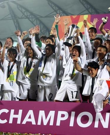 1月30日、サッカー男子のリオデジャネイロ五輪最終予選を兼ねたU─23アジア選手権の決勝で、日本は韓国を3─2で下し、逆転優勝を飾った(2016年 ロイター/Ibraheem Al Omari)