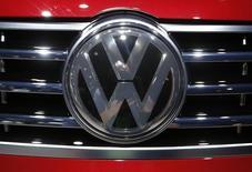En la imagen de archivo se aprecia el logo de Volkswagen en el Salón Internacional del Automóvil de Estados Unidos en Detroit, Estados Unidos, el 12 de enero de 2016. Volkswagen no está bajo presión para vender su negocio de camiones para recaudar efectivo mientras enfrenta costos por miles de millones de euros tras admitir haber manipulado pruebas de emisiones, dijo el miembro del directorio Andreas Renschler a un diario alemán. REUTERS/Mark Blinch - RTX222YS