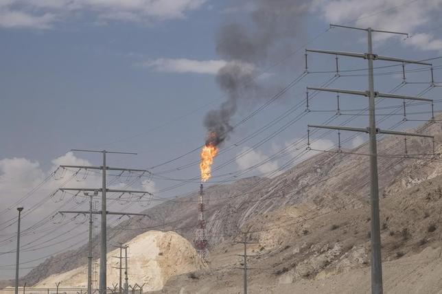 1月29日、イランの石油関係者は、欧米による経済制裁の解除を受け、同国が原油生産を日量50万バレル増やす方針を着実に実行に移していると述べた。ペルシャ湾北部の油田で2015年11月撮影。提供写真(2016年 ロイター/Raheb Homavandi/TIMA)