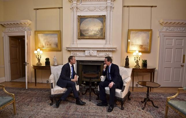 British Prime Minister David Cameron (R) speaks with European Council President Donald Tusk at Downing Street in London, Britain, January 31, 2016.  REUTERS/Toby Melville