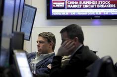 Трейдеры работают на фондовой бирже Нью-Йорка. Колебания на мировых фондовых рынках в январе, связанные с ценами на нефть, экономической слабостью в Китае и заявлениями центральных банков, могут продолжиться на этой неделе, даже несмотря на то, что основное внимание инвесторов будет приковано к финансовой отчетности компаний и экономическим данным. REUTERS/Brendan McDermid