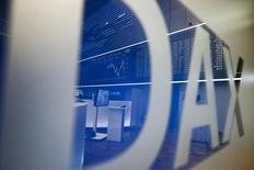 Las bolsas europeas abrieron estables el lunes debido a que el alza de grandes bancos como Bankia compensaban la bajada en el sector de telecomunicaciones, después de que Nokia zanjase una disputa con Samsung. En la foto, el logo del índice selectivo alemán Dax en la Bolsa de Fráncfort en Alemania el 21 de enero de 2016. REUTERS/Kai Pfaffenbach