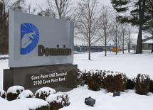 La compagnie d'électricité américaine Dominion Resources annonce l'acquisition de Questar, un distributeur de gaz naturel, pour 4,4 milliards de dollars (4,0 milliards d'euros) afin de se renforcer dans ce segment du marché de l'énergie. /Photo d'archives/REUTERS/Gary Cameron