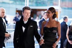 Imagen de archivo del cantante David Bowie y su esposa, Iman, en una entrega de premios en Nueva York, jun 7, 2010. El británico David Bowie, la estrella del rock que murió a principios de este mes a los 69 años por un cáncer, estipuló en su testamento que sus cenizas sean esparcidas en Bali, una isla que le fascinaba, según un periódico estadounidense.   REUTERS/Lucas Jackson
